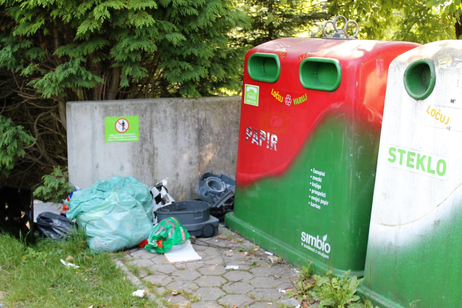 Čeprav je zbirni center Bukovžlak blizu, je nekdo odvrgel sesalnik in druge kosovne odpadke na eko otok v Šentjurju.