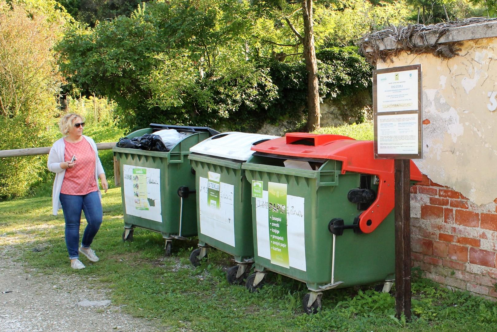Vsaj zunanja okolica na eko otoku na Dobrni je bila danes urejena.