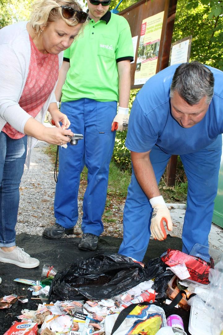 Inšpektorica je skrbno pregledala odpadke, da bi odkrila sledi kršiteljev.