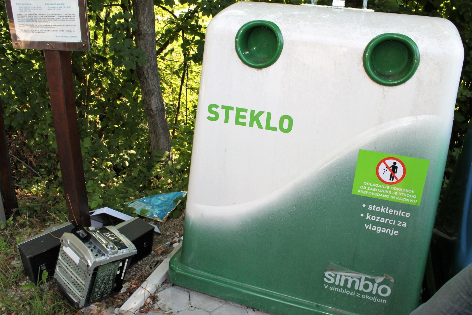 Kljub tabli ni nalepki o prepovedi odlaganja odpadkov ob zabojnike smo našli kup kosovnih odpadkov okoli otoka.