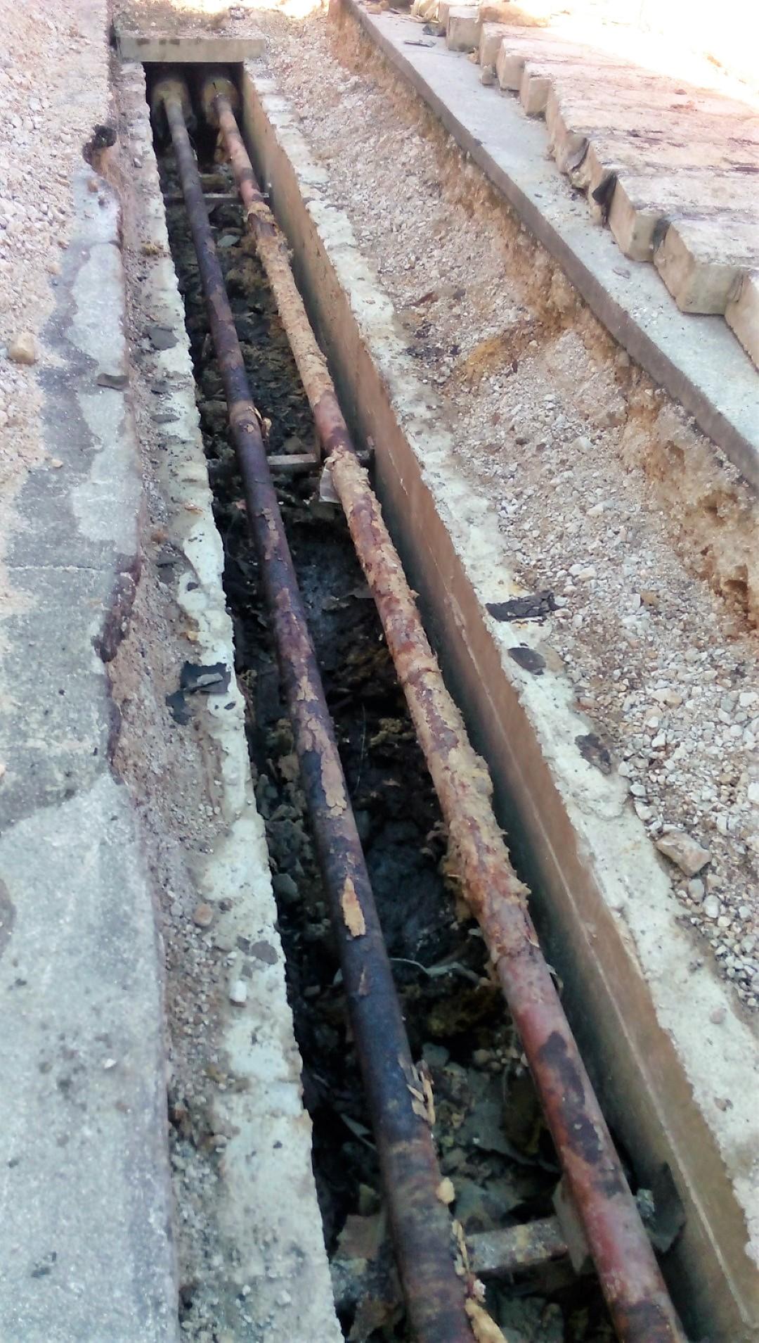 Vdor vode iz kanalizacije je poškodoval vročevod.